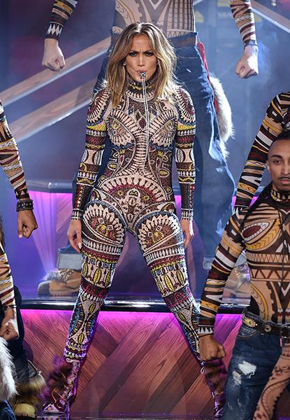 """Para sua primeira performance da noite, em que cantou seu hit """"Waiting For Tonight"""", lançado em 1999, J.Lo usou um macacão étnico bordado de lantejoulas e strass da Dsquared2"""