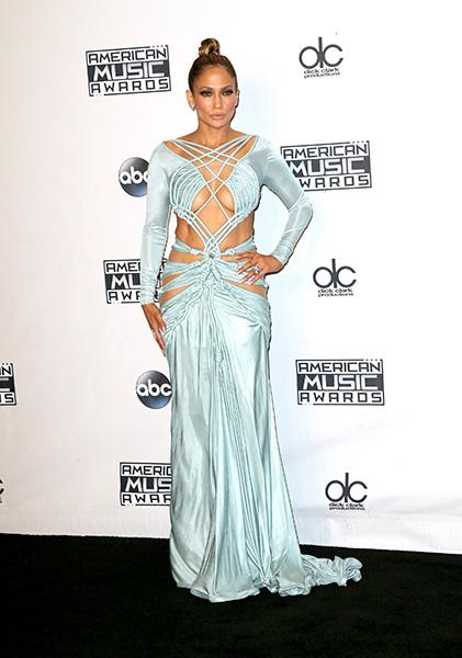 A diva terminou a noite com vestido azul claro que exibia seu abdomen em ótima forma. Quem pode, pode!