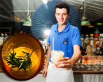 O barman, Iago Duarte, e o drink Ébano, preferido do Glamurama