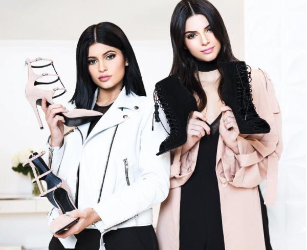 Kylie e Kendall Jenner se preparam para lançar sua marca. Aqui, as irmãs com os sapatos assinados por elas