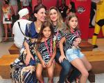 Flora Gil com a neta, Flor, e Amora Mautner com a filha, Júlia Palmeira