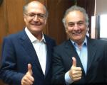 O deputado Ricardo Tripoli com o governador Geraldo Alckmin, em foto tirada no gabinete