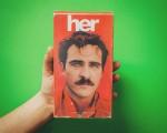 """O pôster do filme """"Her"""" transformado em VHS"""