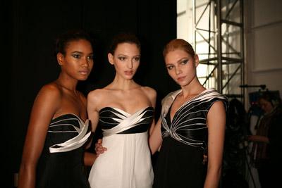 As modelos Arlenis, Georgina e Aline Weber no backstage do desfile