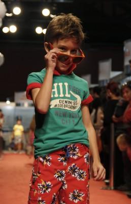 A Tommy Hilfiger aposta nos tons vivos, além de camisas e bermudas xadrez e pólos e camisetas listradas. Os sapatos náuticos também estarão em peso nas lojas a partir de setembro.
