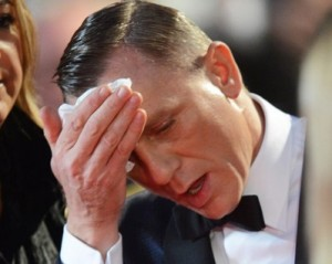 """Muita pressão? Daniel Craig passa mal durante première de """"007"""""""