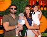 Alessandra Ambrósio com Jamie Mazur e os filhos, Noah e Anja
