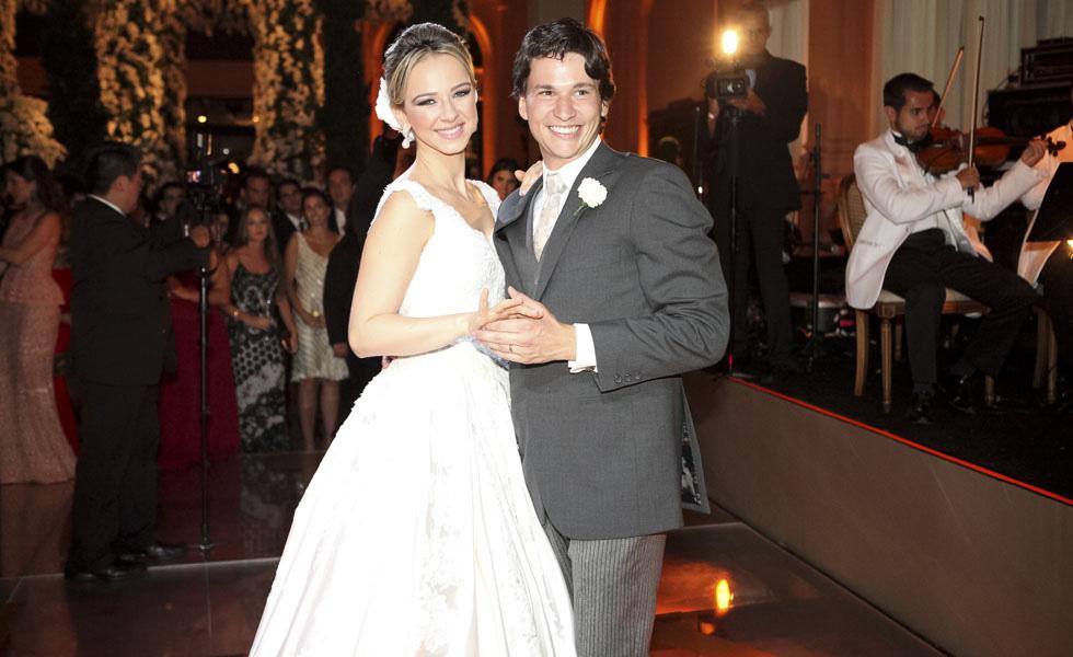 Os noivos Barbara Jalles Guimarães e  Rafael Maia