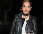 Rita Ora nesse final de semana em Londres: clutch must have da cantora