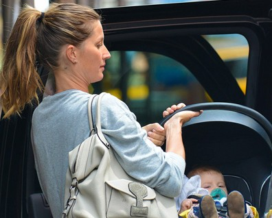 Gisele e Tom em famlia pelas ruas de Boston
