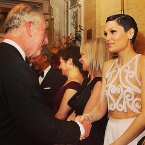 Príncipe Charles e Camilla Parker recebem artistas em noite de gala