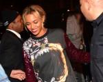 O casal se acabou em noitada em Atlanta, e Beyoncé arrasou nas calça de couro vermelha