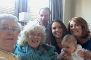 """""""Selfie"""" da família real britânica está um pouquinho estranha. Por que será?"""