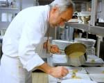O chef monta o prato