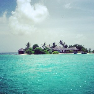 """Tudo azul: as férias """"surfer"""" de Oskar Metsavaht nas Ilhas Maldivas"""