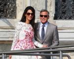 George Clooney e Amal Alamuddin aparecem nas ruas de Veneza pela primeira vez como marido e mulher, neste domingo. A advogada britânica usa vestido Giambattista Valli