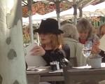 Rene Russo, de chapéu preto, almoçando em Zurique