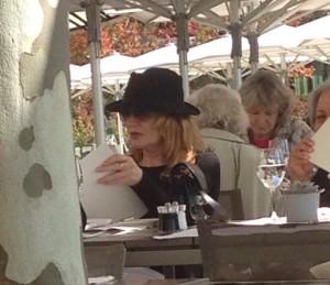 Atriz Rene Russo de boa, almoçando em restaurante de Zurique
