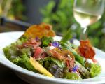 Muita salada para matar a fome, refrescar e manter a forma