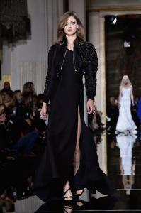 Versace abre semana de alta-costura em Paris com time poderoso de tops