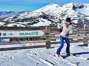 Gisele Bündchen se joga nas aulas de esqui e não perde a pose