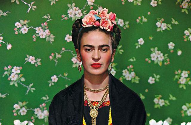 Frida Kahlo, uma das maiores representantes do feminismo. É conhecida pelo seu diferente e inovador estilo de se vestir, apresentado na foto, e pela sua monocelha.
