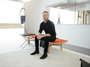 Com muita madeira, Jader Almeida e Sollos revelam nova coleção