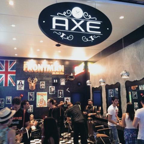 Barbearia AXE deixando todos com estilo FRONTMAN nesse Lollapalooza   Créditos: Glamurama