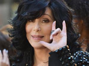 Fãs de Cher param a rua Oscar Freire e cantora retribui o carinho