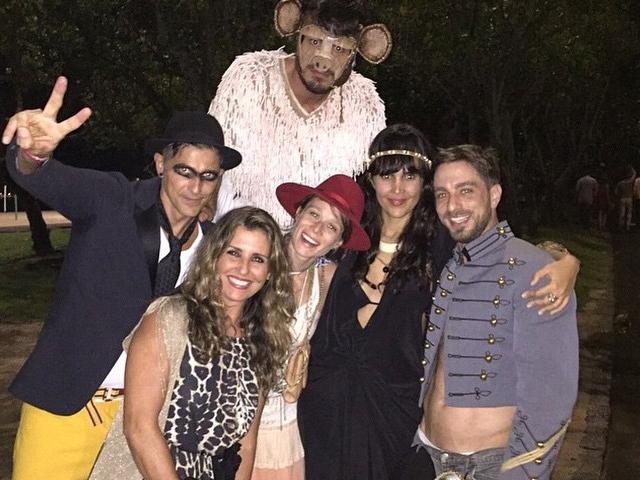 A aniversariante, Mariana Ximenes com Reynaldo Gianecchini e amigos em sua festa surpresa para