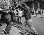 José Guerreiro (direita) e o deputado Gabriel Quadros, brigam na rua, 1957 (Folhapress)
