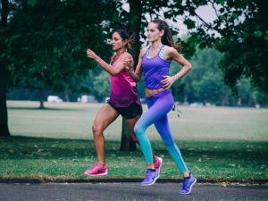Izabel Goulart corre em Londres ao lado da cantora Ellie Goulding