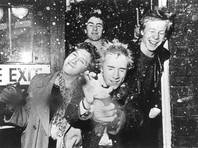 PunksNo fim da década de 70, o movimento punk ganhou força na Inglaterra com a cultura do