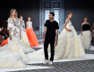 O estilista Giambattista Valli no fim de seu desfile entre as modelos || Créditos: Getty Images