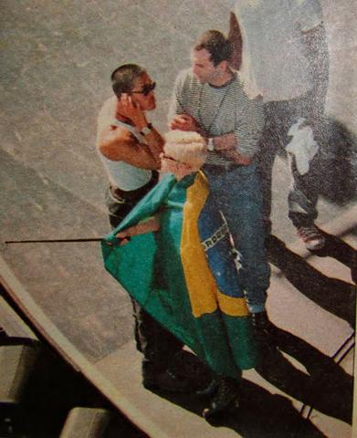 Madonna, em 1003, enrolada na bandeira do Brasil  ||  Créditos: Reprodução