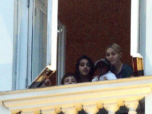 Madonna com os filhos Louders Maria, Rocco e Mercy  ||  Créditos: AgNews
