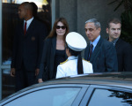 Carla Bruni saindo do Hotel Copacabana Palace, no Rio, nesse domingo (23)