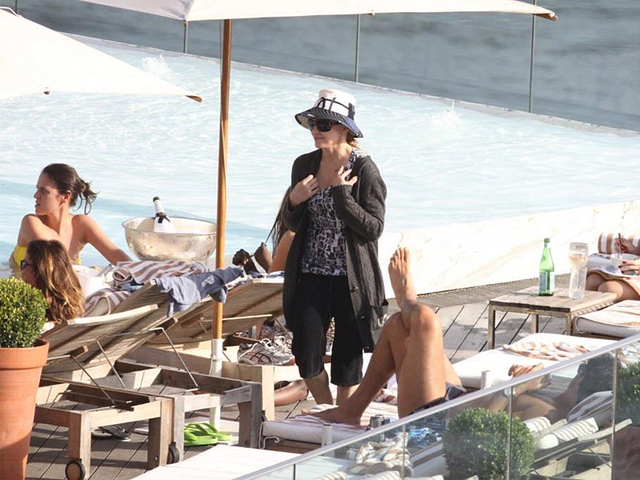 Madonna toda coberta na piscina do Fasano  ||  Créditos: Agnews