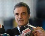 O ministro da Justiça, José Eduardo Cardozo, está no fogo cruzado
