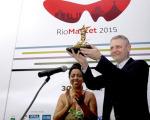 Carlos Henrique Schroder, diretor-geral da Globo, com o Troféu Redentor