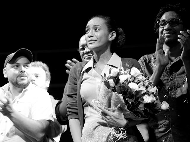 """Taís Araújo emocionada ao fim da peça """"O topo da montanha"""""""