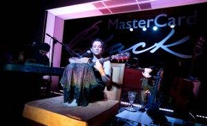 Marina Lima faz pocket show recheado de hits no Baretto Fasano