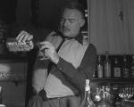 Hemingway se servindo de gin