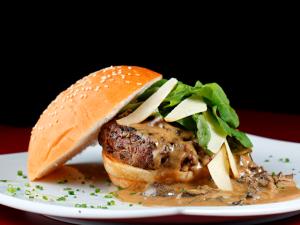 Que tal fazer um hambúrguer gourmet em casa? À receita