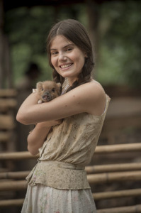 Camila Queiroz evita comer carne depois de amizade com porquinha