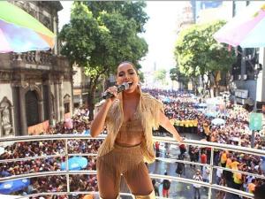 Anitta arrasta multidão no centro do Rio com o Bloco das Poderosas