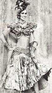 Charlotte Olympia celebra Carnaval com foto antiga da mãe