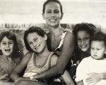 Andrea Dellal e os filhos ainda crianças