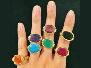 Desejo do Dia: vai faltar dedo para os anéis de pedra de Jade Jagger