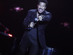 """Lionel Richie brinca com fã no Rio e diz que plateia está com """"fogo louco"""""""